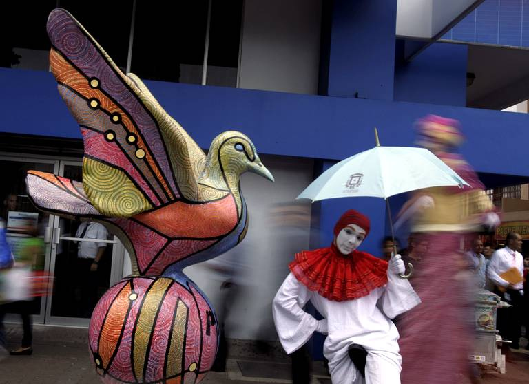 Costa Rica San José sculpture colombe parade de la paix 15 déc 2011.jpg