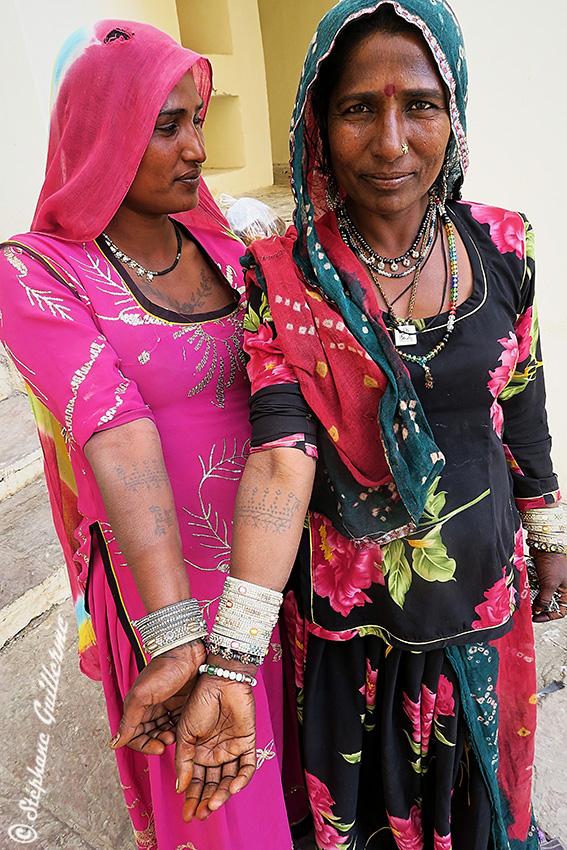 IMG_0015 Sinduri Devi et copine - Tattoo bras paons et noms - Kalbelia - Pushkar - Rajasthan SMALL.jpg