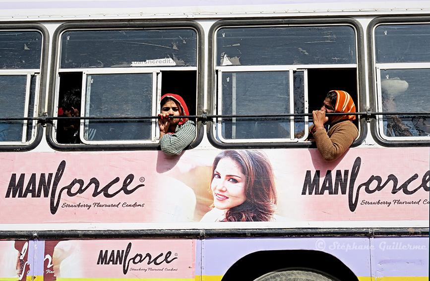 IMG_0152 Pub sur bus Pushkar SMALL.jpg