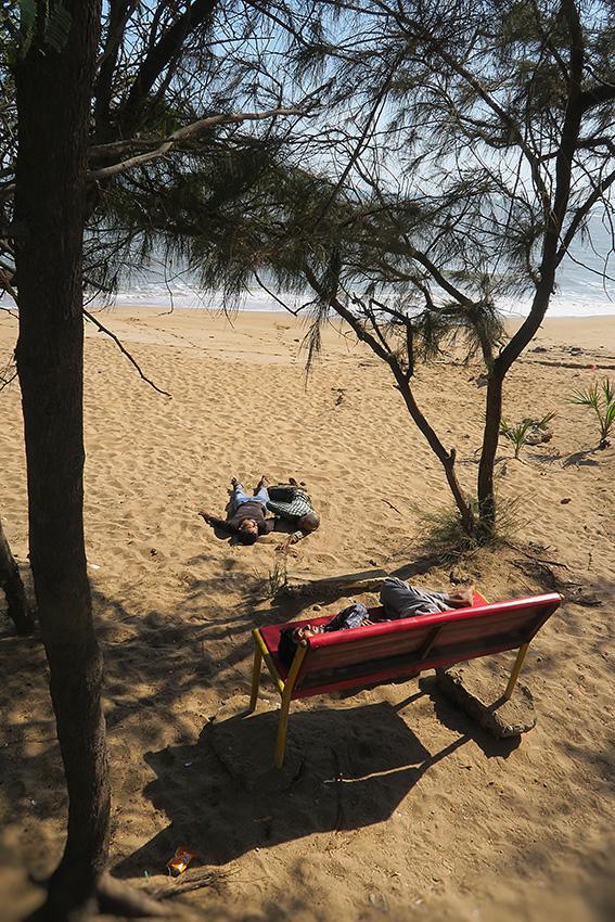 IMG_1207 Ivrognes à la plage Diu Beach Small.jpg