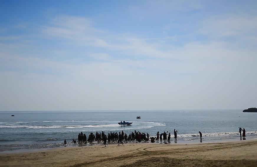 IMG_1449 Nagoa beach élèves baignade Small.jpg