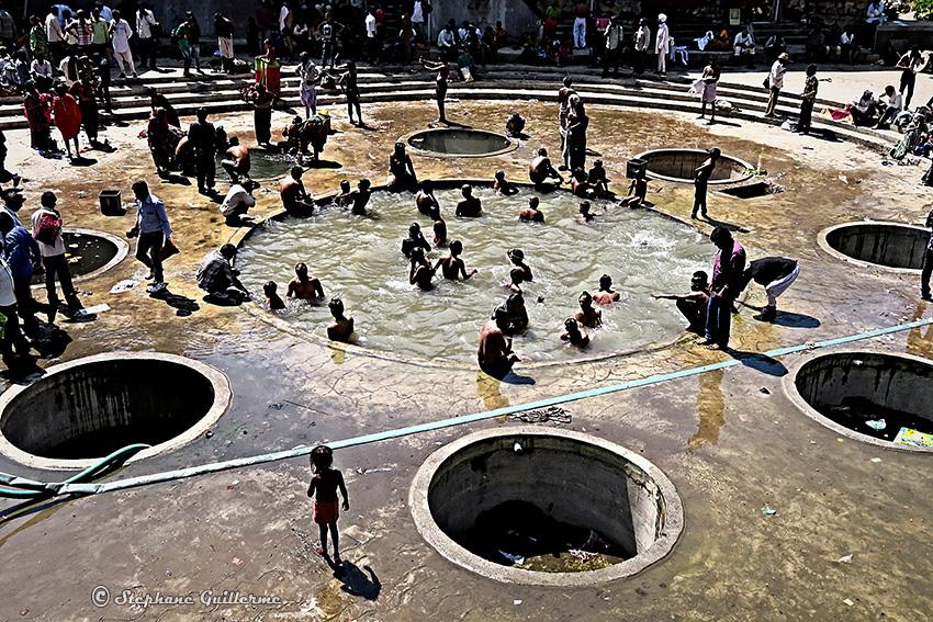 IMG_2799 Bain sacré Shiva ratri Junagadh Small.jpg