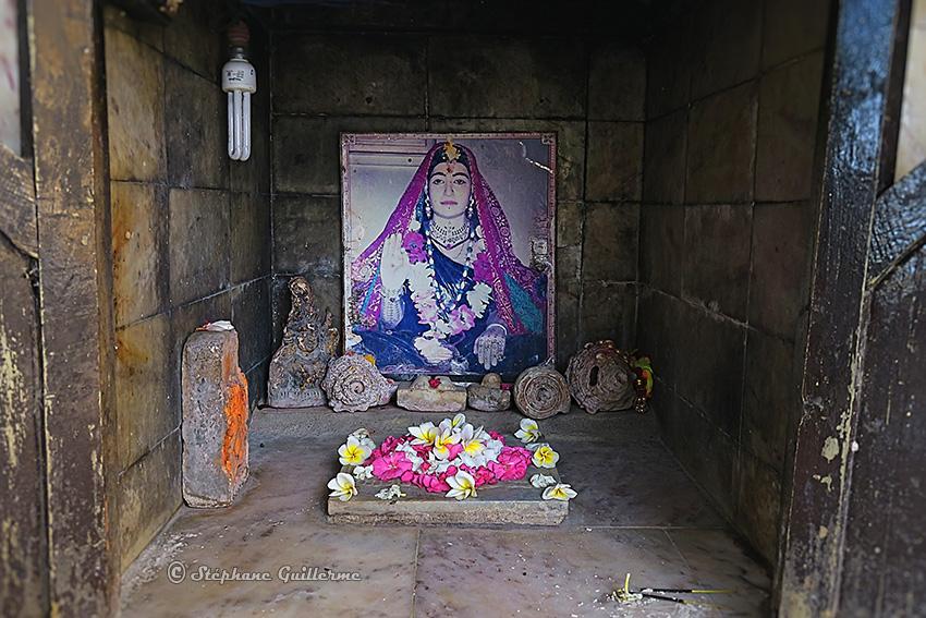 IMG_3417 Petit mandir de Sonbai at mandir Lirbai Ji Modhwada Small.jpg