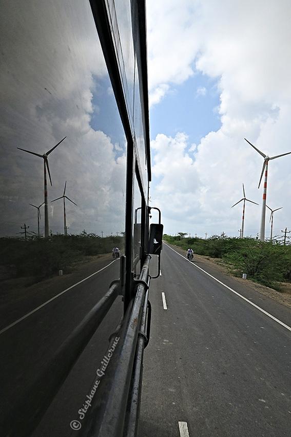 IMG_3903 Paysage éoliennes depuis le bus pour Dwarka Small.jpg