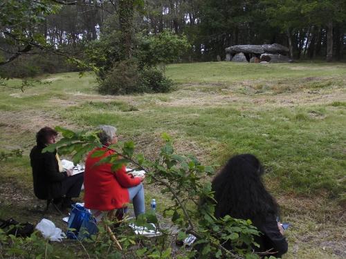 1 peintres et dolmen.JPG