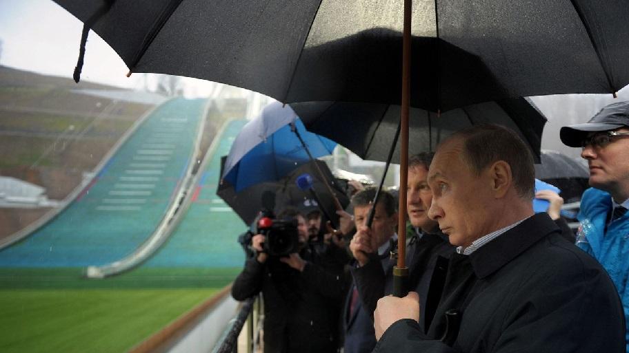 le-president-russe-vladimir-poutine-visite-le-centre-de-saut-a-skis-des-jeux-olympiques-d-hiver-2014-a-krasnaya-polyana-pres-de-sotchi-le-27-novembre-2013_4536120.jpg