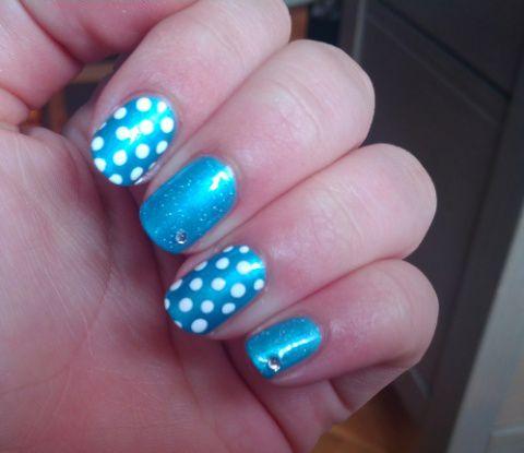 Nail-Art Bleu Avec Des Points Blancs
