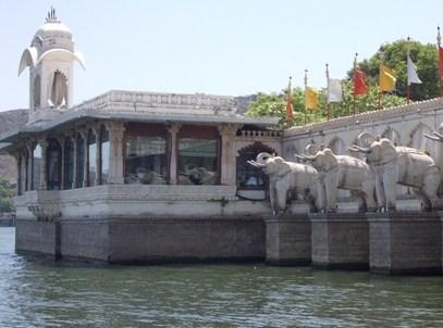 udaipur-Palais-Jag-Mandir-Lac-Pichola.jpg