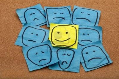 8096109-positive-attitude-ou-optimisme-concept--happy-smiley-face-sur-jaune-repositionnable-entoure-de-trist.jpg