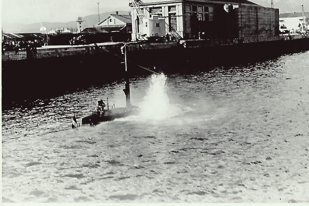 Le Roland Morillot au bassin Vauban. Essai de marche au schnorchel au bassin. Cette photo m'a été donné par Gegene Ouarad mon patron mécano en 75 sur la Daphné..jpg