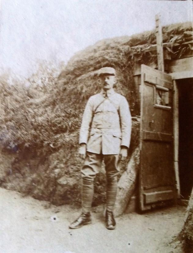 N°1 Emile debout à l'entrée de sa cagna REVU.jpg