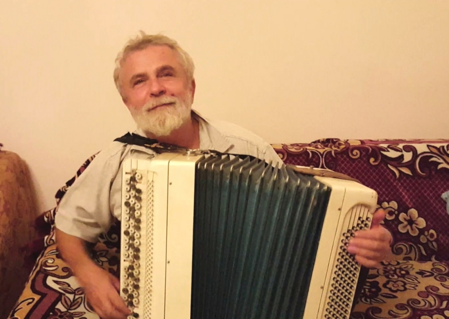 pere Valerii joue accordeon2.jpg