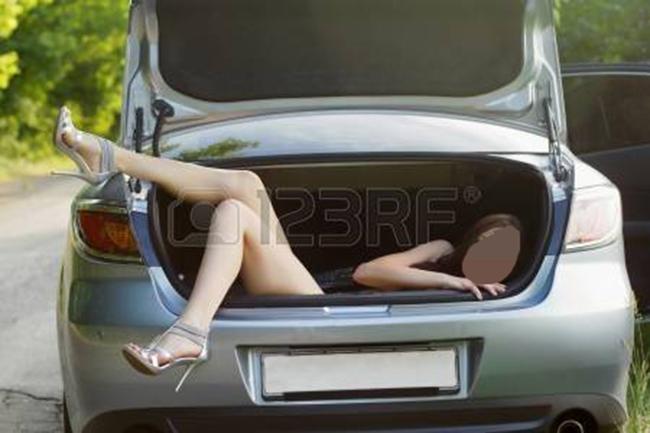 15544632-sexy-jeune-femme-dans-le-coffre-de-la-voiture.jpg