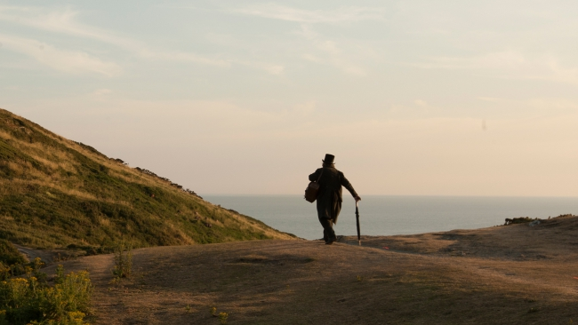 _89U0287_Timothy_Spall_as_JMW_Turner__Turner_walks_through_countryside.jpg