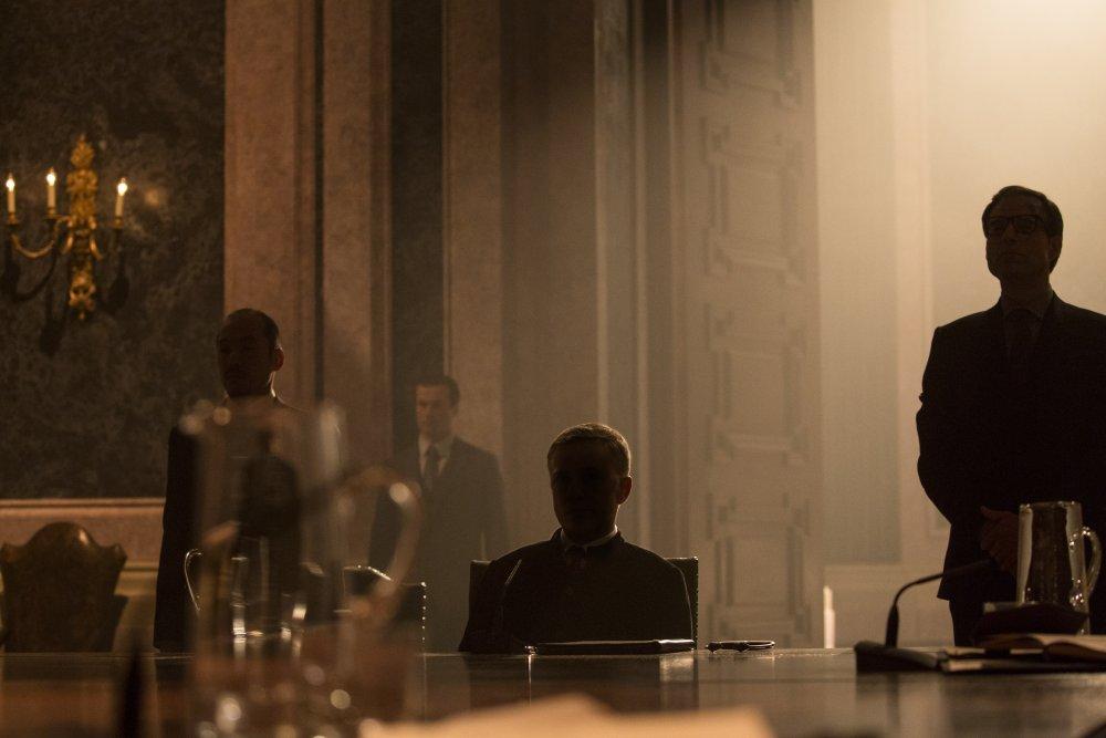 spectre-2015-003-boardroom-silhouettes-ORIGINAL.jpg
