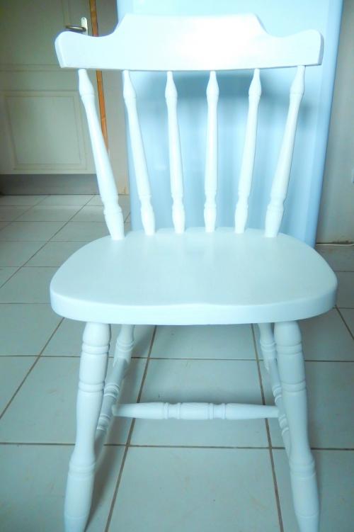 chaise restaurée peinte en blanche