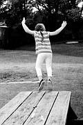 fille sautant d'une table