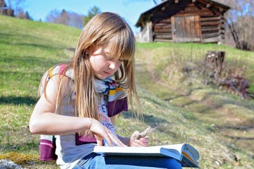 jeune fille lisant un conte
