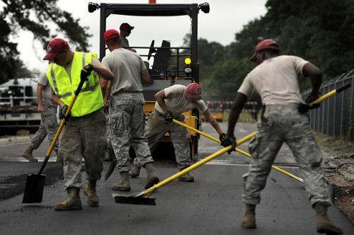 hommes travaillant sur la route