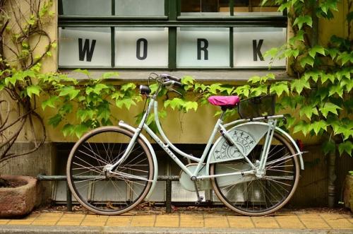 vélo blanc garé