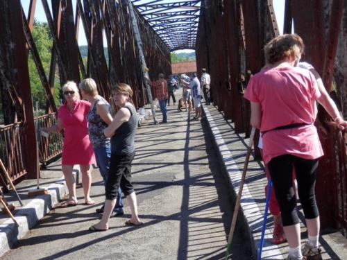 Tout le monde sur le pont avant le passage des mobylettes.JPG