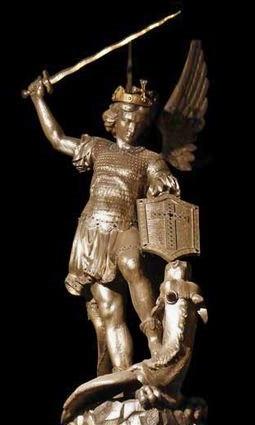 Statue d'argent de St Michel dans l'église paroissiale du Mont Saint Michel.jpg
