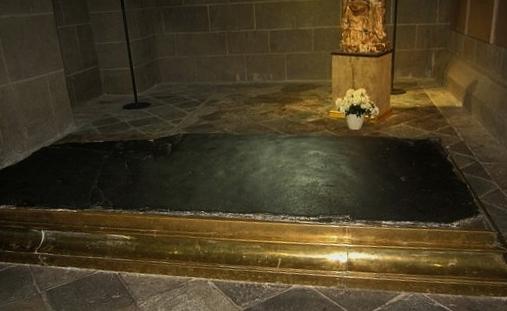 Cathédrale du Puy  - la pierre des fièvres.jpg