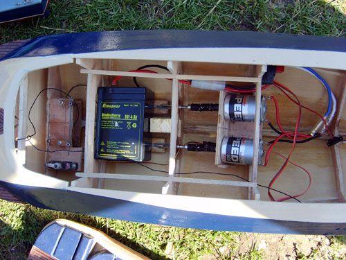 Gros plan sur les moteurs et la batterie