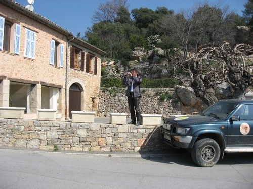 Afin de contourner l'obstacle, Adrien décide de prendre de la hauteur