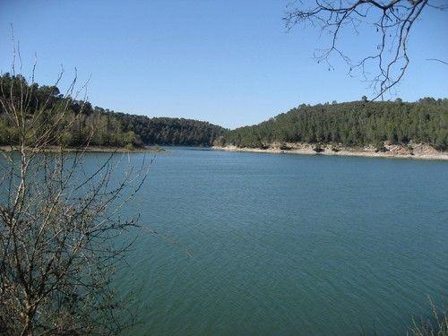 Le lac de Carcès, dans sa longueur