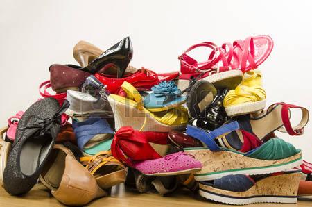 https://static.blog4ever.com/2006/01/2567/35601228-gros-plan-sur-gros-tas-de-chaussures-color--es-de-femme-untidy-pile-de-chaussures-jet--es-sur-le-sol-.jpg