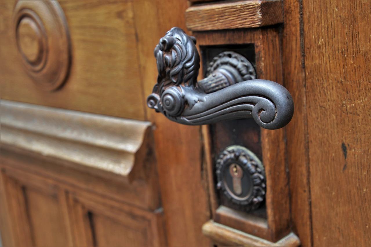 door-handle-3388259_1280.jpg