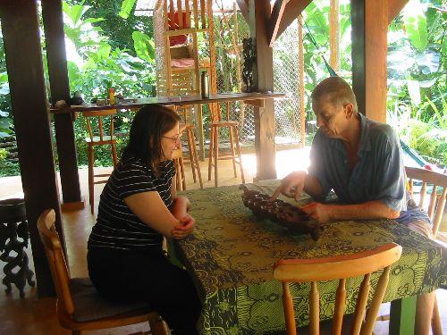 Stage d'awalé dans la jungle du Costa Rica, Aminata apprend le jeu à Manuela