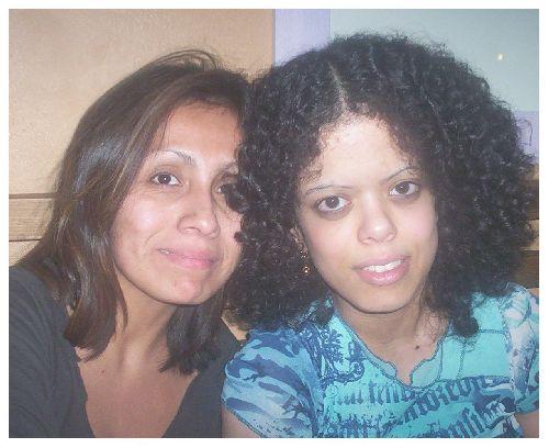 Claudia (adoptée au pérou) à gauche et Sonia (adoptée en France) à droite.