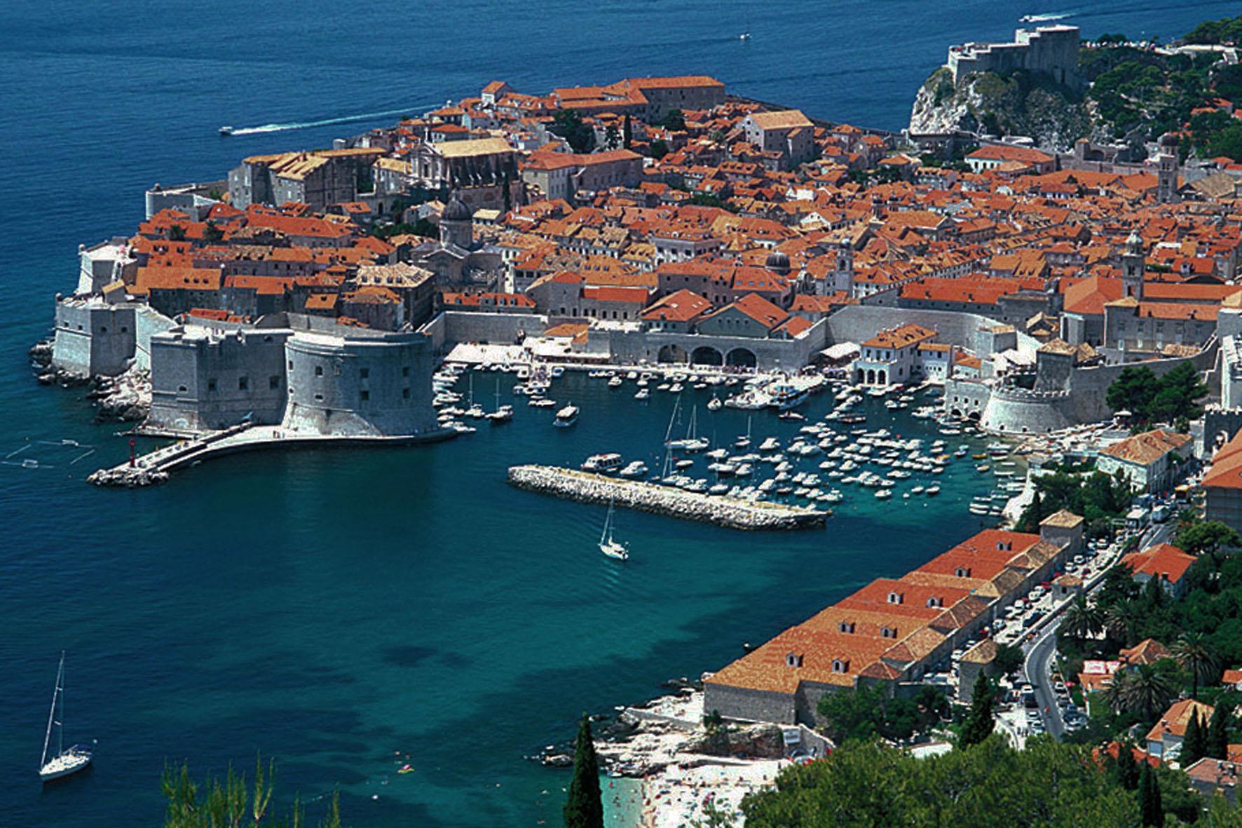 ville_dubrovnik_-_fortifications_port_005_(vieux_port).jpg