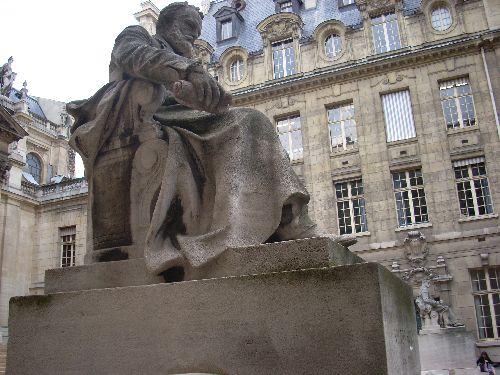 La statue de Victor Hugo nous vanterait-elle les mérites du rouleau de papier hygiénique?