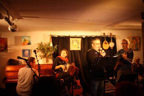 Au chant : Patrick Bufarull - A la guitare : Pierre Ravion - à l'Accordéon : Sara Do