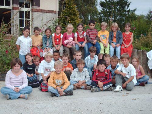 Rentrée, les élèves devant le jardin et la classe