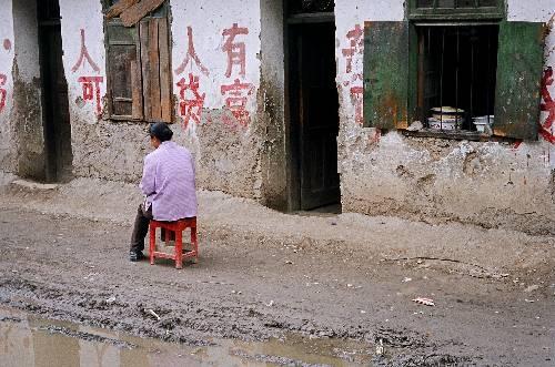 Femme dans la rue de Dongyi