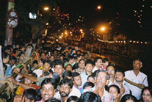 foule pour la celebration du durga puja, calcutta
