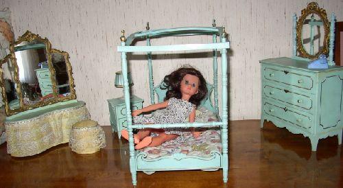 Corinne dans sa chambre / Corinne in her bedroom