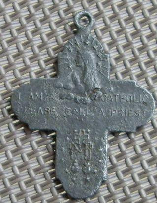 Petite croix Début XXe siècle . ( On peut lire : I am a catholic call a priest = je suis catholique appelez un prêtre )