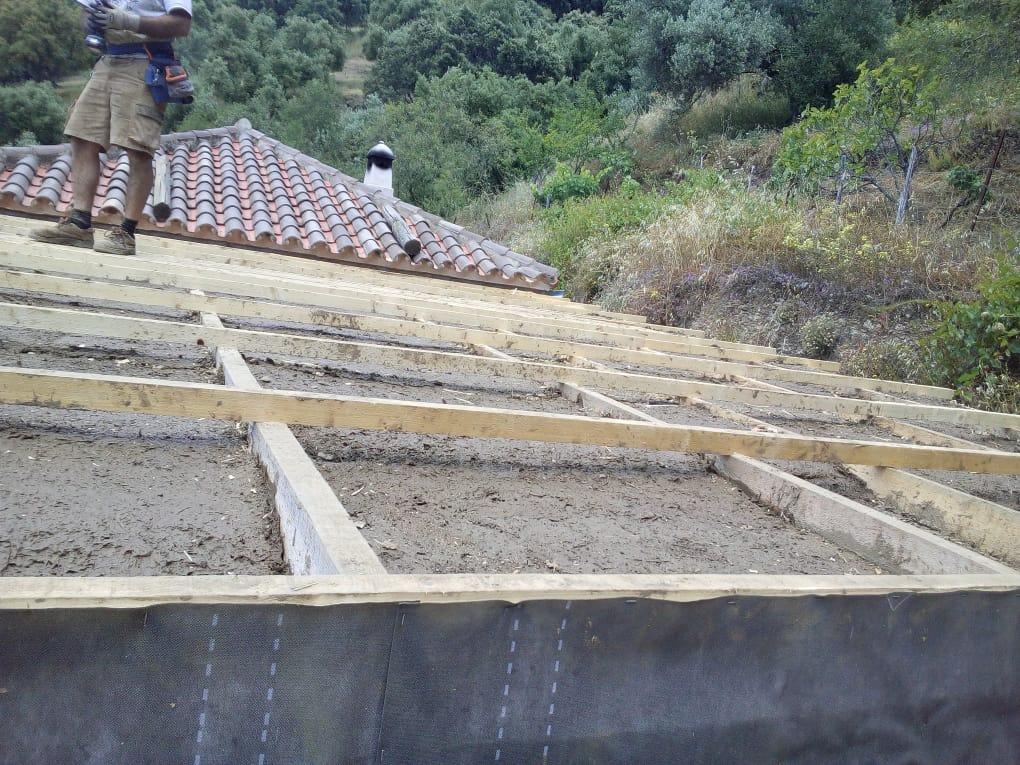 Chantier a Genalguacil. Isolation du toit avec copeaux de bois et argile/paille.