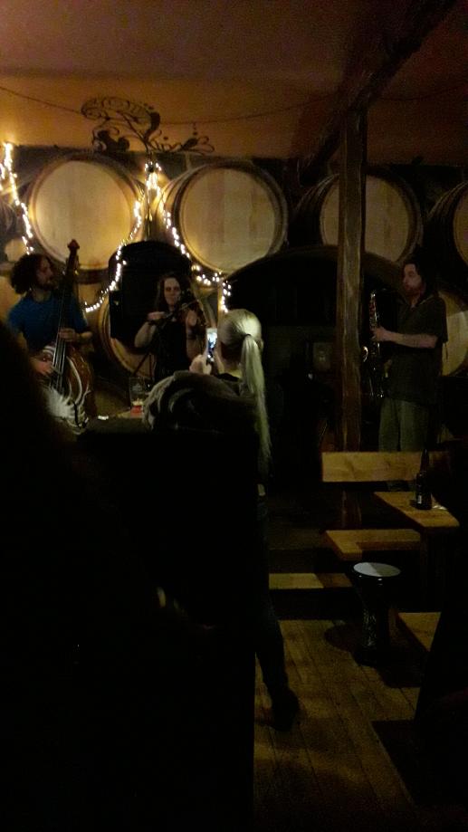 Le concert au barbar (Et tout près de Mikado ;)) Le BarBar est un bar/Pub souterrain, très typique et où l'on peut rencontrer beaucoup de jeunes