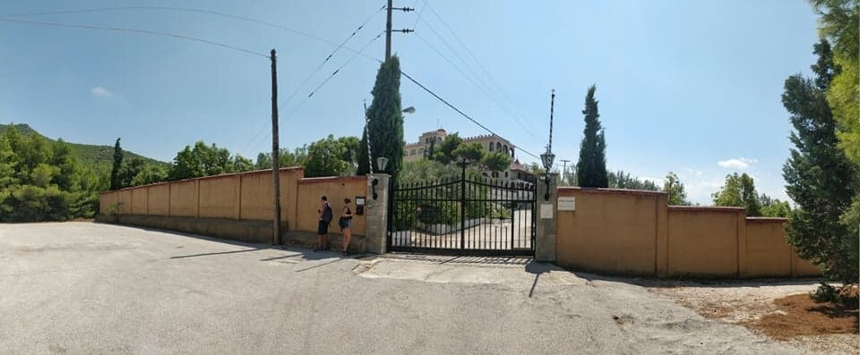 Voici le monastère de Loutraki sur la colline