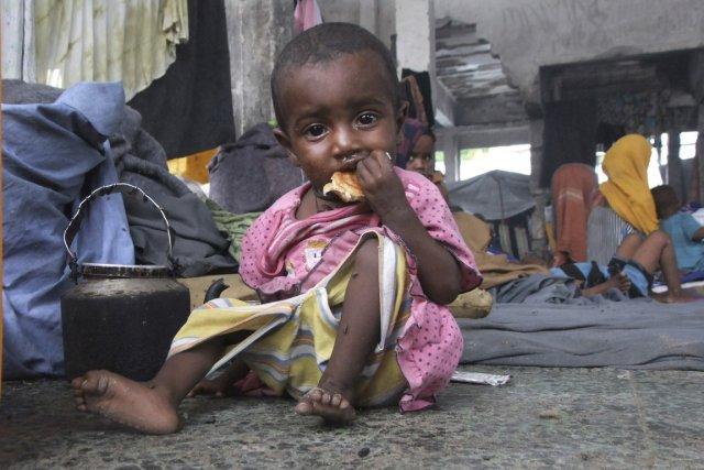 348763-enfant-somalien-mange-morceau-pain[1].jpg