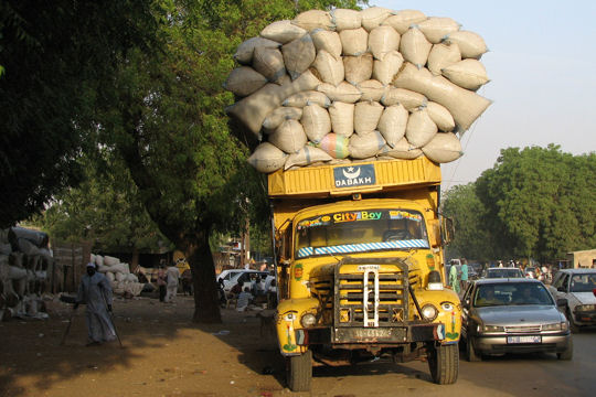 1014584-camion-bien-charge-au-senegal.jpg