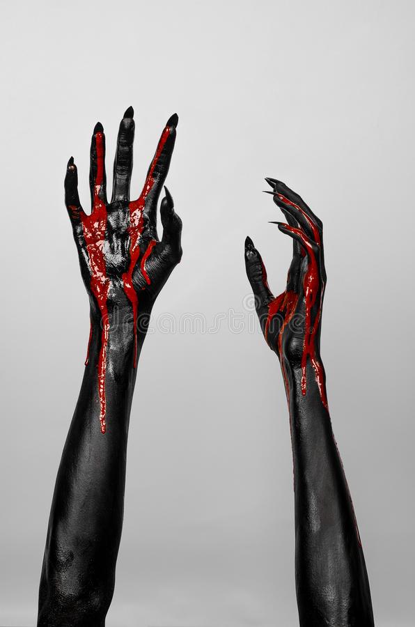 mains-minces-noires-ensanglantées-de-la-mort-42329314.jpg