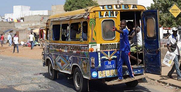 un-des-fameux-ndiaga-ndiaye-petits-bus-poussifs-de-dakar.jpg