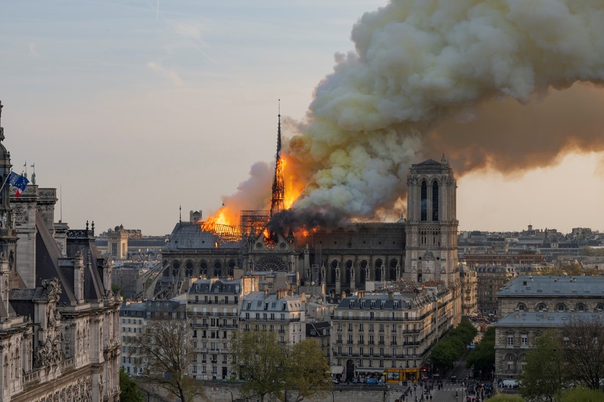 7797436656_notre-dame-de-paris-en-proie-aux-flammes-lundi-15-avril-2019.jpg